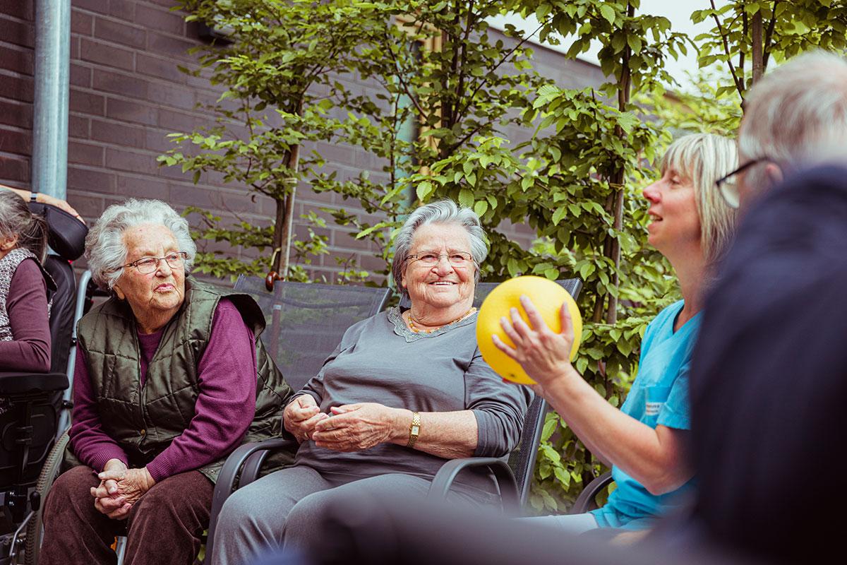 Bewegung in der Pflege fördern – Nützliche Informationen für die Pflege von Angehörigen
